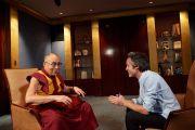 Ян Бартс, журналист французского телеканала TF1, берет интервью у Его Святейшества Далай-ламы. Париж, Франция. 13 сентября 2016 г. Фото: Оливье Адам