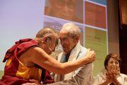 Его Святейшество Далай-лама обнимает своего давнего друга, активного борца за отмену смертной казни Робера Бадинтера во время встречи с членами Парижского совета адвокатов. Париж, Франция. 13 сентября 2016 г. Фото: Оливье Адам