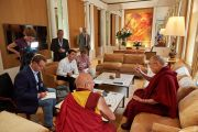 Его Святейшество Далай-лама дает интервью корреспондентам Франс-Пресс, ежедневной католической газеты «Le Croix» и новостного еженедельного журнала «Le Point». Париж, Франция. 13 сентября 2016 г. Фото: Оливье Адам