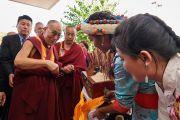 Юные тибетцы совершают традиционные подношения Его Святейшеству Далай-ламе, прибывшему во Дворец конгресса на встречу с членами тибетского сообщества. Париж, Франция. 13 сентября 2016 г. Фото: Оливье Адам
