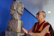 Его Святейшество Далай-лама у бюста своего друга, покойного Вацлава Гавела, во время визита в Совет Европы. Страсбург, Франция. 15 сентября 2016 г. Фото: Оливье Адам