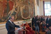 Мэр Ролан Рис приветствует Его Святейшество Далай-ламу во время приема в мэрии Страсбурга. Страсбург, Франция. 15 сентября 2016 г. Фото: Джереми Рассел (офис ЕСДЛ)