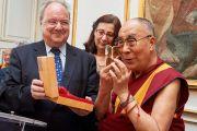 Его Святейшеству Далай-ламе вручают награду им. Марселя Рудлоффа за толерантность во время визита в мэрию Страсбурга. Страсбург, Франция. 15 сентября 2016 г. Фото: Оливье Адам