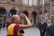 Его Святейшество Далай-лама машет рукой своим почитателям по прибытии в мэрию Страсбурга. Страсбург, Франция. 15 сентября 2016 г. Фото: Джереми Рассел (офис ЕСДЛ)