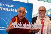 Его Святейшество Далай-лама и президент Парламентской ассамблеи Совета Европы Педро Аграмунт фотографируются со значком «Нет ненависти и страху», чтобы поддержать молодежную кампанию по борьбе с терроризмом. Страсбург, Франция. 15 сентября 2016 г. Фото: Оливье Адам