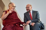 Его Святейшество Далай-лама беседует с председателем Европейского парламента Мартином Шульцом в начале визита в Европейский парламент. Страсбург, Франция. 15 сентября 2016 г. Фото: Оливье Адам