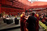 Его Святейшество Далай-лама выступает с публичной лекцией в страсбургском конференц-центре, на которую собралось более 2000 человек, включая 900 студентов. Страсбург, Франция. 15 сентября 2016 г. Фото: Оливье Адам