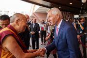 Генеральный секретарь Совета Европы Торбьерн Ягланд приветствует Его Святейшество Далай-ламу по прибытии в Совет Европы. Страсбург, Франция. 15 сентября 2016 г. Фото: Оливье Адам