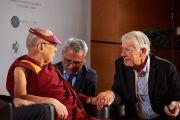 Известный нейролог Вольф Сингер обращается к Его Святейшеству Далай-ламе в ходе конференции «Тело, ум, наука» в Страсбургском университете. Страсбург, Франция. 16 сентября 2016 г. Фото: Оливье Адам