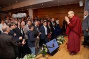 Его Святейшество Далай-лама приветствует участников конференции «Тело, ум, наука» в аудитории кафедры супрамолекулярной инженерии Страсбургского университета. Страсбург, Франция. 16 сентября 2016 г. Фото: Оливье Адам