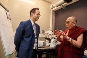 Его Святейшество Далай-лама в лаборатории кафедры супрамолекулярной инженерии Страсбургского университета во время перерыва в день конференции «Тело, ум, наука». Страсбург, Франция. 16 сентября 2016 г. Фото: Оливье Адам