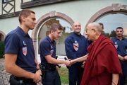 Его Святейшество Далай-лама благодарит местных полицейских за помощь в организации его визита в Страсбург. Страсбург, Франция. 16 сентября 2016 г. Фото: Оливье Адам