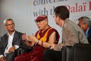 Его Святейшество Далай-лама, Жан-Жерард Блош и Жиль Берчи во время конференции «Тело, ум, наука» в Страсбургском университете. Страсбург, Франция. 16 сентября 2016 г. Фото: Оливье Адам