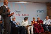 Ректор Страсбургского университета Мишель Денекен благодарит Его Святейшество Далай-ламу за вклад в проведение конференции «Тело, ум, наука» в Страсбургском университете. Страсбург, Франция. 16 сентября 2016 г. Фото: Оливье Адам