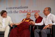 Его Святейшество Далай-лама благодарит Стивена Лорейса и Мишеля Битбола за их доклады о сознании, представленные во время конференции «Тело, ум, наука» в Страсбургском университете. Страсбург, Франция. 16 сентября 2016 г. Фото: Оливье Адам