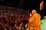 Его Святейшество Далай-лама приветствует слушателей по прибытии на сцену спортивно-концертного комплекса «Зенит» в начале учений по сочинению Нагарджуны «Толкование бодхичитты», на которые собралось более 8800 человек. Страсбург, Франция. 17 сентября 2016 г. Фото: Оливье Адам