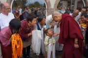 Его Святейшество Далай-лама общается со своими почитателями, вернувшись в отель по завершении учений по сочинению Нагарджуны «Толкование бодхичитты». Страсбург, Франция. 17 сентября 2016 г. Фото: Джереми Рассел (офис ЕСДЛ)
