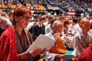 Слушатели читают текст во время учений Его Святейшества Далай-ламы по сочинению Нагарджуны «Толкование бодхичитты». Страсбург, Франция. 17 сентября 2016 г. Фото: Оливье Адам