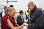 Мэр Вроцлава Рафал Дуткевич приветствует Его Святейшество Далай-ламу в аэропорту Вроцлава. Вроцлав, Польша. 19 сентября 2016 г. Фото: Мачей Кульчиньский