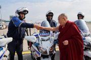 Его Святейшество Далай-лама благодарит местных полицейских, помогавших во время его пребывания в Страсбурге. Страсбург, Франция. 19 сентября 2016 г. Фото: Оливье Адам