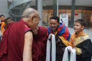 Его Святейшество Далай-лама приветствует местных тибетцев, встречающих его по прибытии во Вроцлав. Вроцлав, Польша. 19 сентября 2016 г. Фото: Джереми Рассел (офис ЕСДЛ)