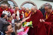 Дети преподносят цветы Его Святейшеству Далай-ламе перед его отъездом из отеля. Страсбург, Франция. 19 сентября 2016 г. Фото: Оливье Адам
