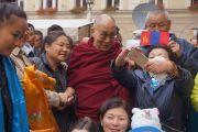 Его Святейшество Далай-лама общается с группой верующих из Монголии неподалеку от своего отеля. Вроцлав, Польша. 20 сентября 2016 г. Фото: Джереми Рассел (офис ЕСДЛ)