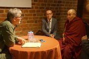 Его Святейшество Далай-лама дает интервью Яцеку Заковски для журнала «Политика» во время визита в городской музей Вроцлава. Вроцлав, Польша. 20 сентября 2016 г. Фото: Джереми Рассел (офис ЕСДЛ)