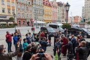 Его Святейшество Далай-лама общается с местными жителями неподалеку от своего отеля. Вроцлав, Польша. 20 сентября 2016 г. Фото: Мачей Кульчиньский