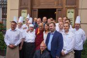 По завершении обеда Его Святейшество Далай-лама фотографируется с работниками ресторана «У Фреды». Вроцлав, Польша. 20 сентября 2016 г. Фото: Джереми Рассел (офис ЕСДЛ)
