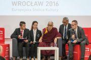 Его Святейшество Далай-лама дарует наставления местным студентам в ходе визита в историко-культурный центр «Depot». Вроцлав, Польша. 20 сентября 2016 г. Фото: Мачей Кульчиньский