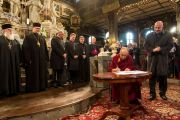 Его Святейшество Далай-лама подписывает «Призыв к миру» во время празднования Международного дня мира. Свидница, Польша. 21 сентября 2016 г. Фото: Мачей Кульчиньский