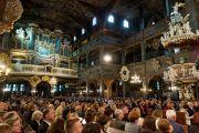 Участники собрания и прихожане слушают обращение Его Святейшества Далай-ламы в Церкви мира. Свидница, Польша. 21 сентября 2016 г. Фото: Мачей Кульчиньский