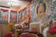 Его Святейшество Далай-лама у изображений Будды перед началом церемонии дарования монашеских обетов в своей резиденции в Дхарамсале. Дхарамсала, Индия. 29 сентября 2016 г. Фото: Тензин Чойджор (офис ЕСДЛ)