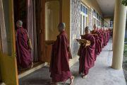 Монахини из Тайваня прибывают в резиденцию Его Святейшества Далай-ламы в начале церемонии дарования монашеских обетов. Дхарамсала, Индия. 29 сентября 2016 г. Фото: Тензин Чойджор (офис ЕСДЛ)