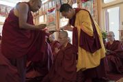 Монахиням срезают последние пряди волос во время церемонии дарования монашеских обетов в резиденции Его Святейшества Далай-ламы. Дхарамсала, Индия. 29 сентября 2016 г. Фото: Тензин Чойджор (офис ЕСДЛ)