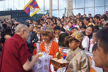 Далай-лама встретился с представителями российской интеллигенции в Риге и посетил Дом религий в Берне
