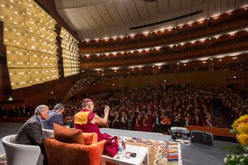 Из Праги Далай-лама отправился в Милан