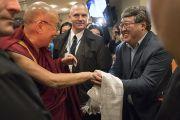Его Святейшество Далай-лама здоровается с встречающими его людьми. Рига, Латвия. 9 октября 2016 г. Фото: Тензин Чойджор (офис ЕСДЛ)