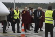 Его Святейшество Далай-лама выходит из самолета в аэропорту Риги. Рига, Латвия. 9 октября 2016 г. Фото: Тензин Чойджор (офис ЕСДЛ)