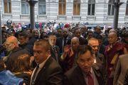 Его Святейшество Далай-лама идет в гостиницу через толпу восторженных поклонников. Рига, Латвия. 9 октября 2016 г. Фото: Тензин Чойджор (офис ЕСДЛ)