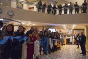 Буддисты встречают Его Святешество Далай-ламу в холле гостиницы. Рига, Латвия. 9 октября 2016 г. Фото: Тензин Чойджор (офис ЕСДЛ)