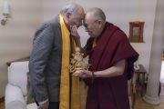 Его Святейшество Далай-лама вручает подарок российскому актеру Валентину Гафту во время встречи в Риге. Рига, Латвия. 10 октября 2016 г. Фото: Тензин Чойджор (офис ЕСДЛ)