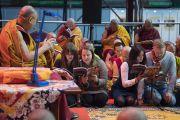 """Участники учений читают """"Сутру сердца"""" на латышском языке в первый день учений Его Святейшества Далай-ламы для стран Балтии и России. Рига, Латвия. 10 октября 2016 г. Фото: Тензин Чойджор (офис ЕСДЛ)"""