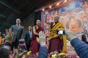 Его Святейшество Далай-лама прощается с аудиторией в конце первого дня учений для стран Балтии и России. Рига, Латвия. 10 октября 2016 г. Фото: Тензин Чойджор (офис ЕСДЛ)