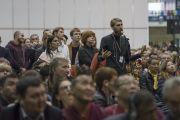 Один из слушателей задает вопрос Его Святейшеству Далай-ламе в начале второй сессии учений. Рига, Латвия. 10 октября 2016 г. Фото: Тензин Чойджор (офис ЕСДЛ)