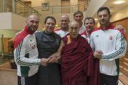 Его Святейшество Далай-лама с игроками венгерской сборной по футболу. Рига, Латвия. 10 октября 2016 г. Фото: Тензин Чойджор (офис ЕСДЛ)