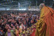 Его Святейшество Далай-лама приветствует аудиторию в начале второй сессии первого дня учений для стран Балтии и России. Рига, Латвия. 10 октября 2016 г. Фото: Тензин Чойджор (офис ЕСДЛ)