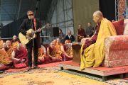 В конце учений Борис Гребенщиков совершил музыкальное подношение Его Святейшеству Далай-ламе. Рига, Латвия. 11 октября 2016 г. Фото: Тензин Чойджор (офис ЕСДЛ)