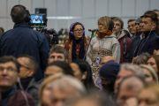 Одна из слушательниц задает вопрос Его Святейшеству Далай-ламе в начале второй сессии заключительного дня учений для стран Балтии и России. Рига, Латвия. 11 октября 2016 г. Фото: Тензин Чойджор (офис ЕСДЛ)